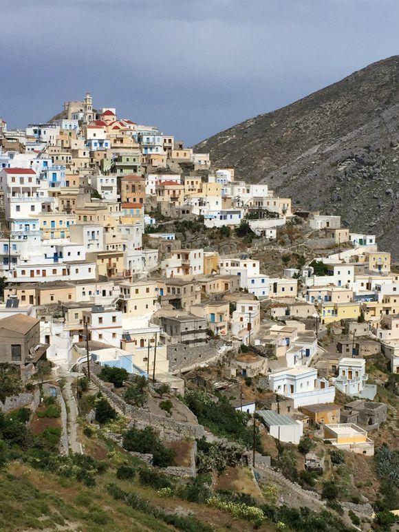 Imponerende oppbygging av en by, som var uten veiforbindelse helt til 1980-tallet.