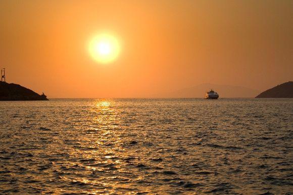 Ferry coming into Katapola