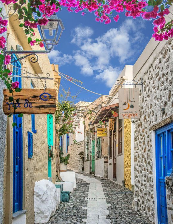 In the picturesque alleys of Ano Syros!