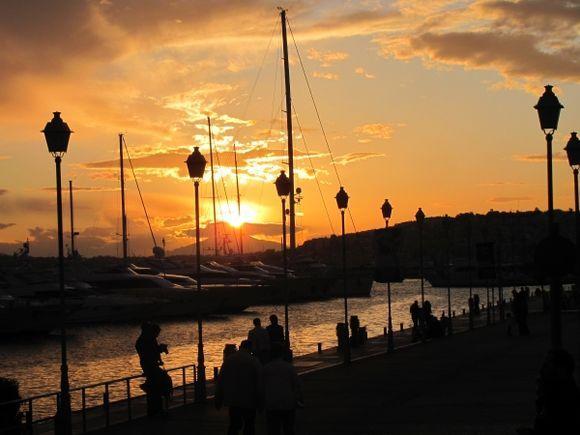 Promenade at sunset (Flisvos Marina)