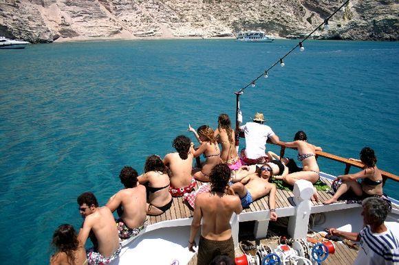 Boat tour around Milos island