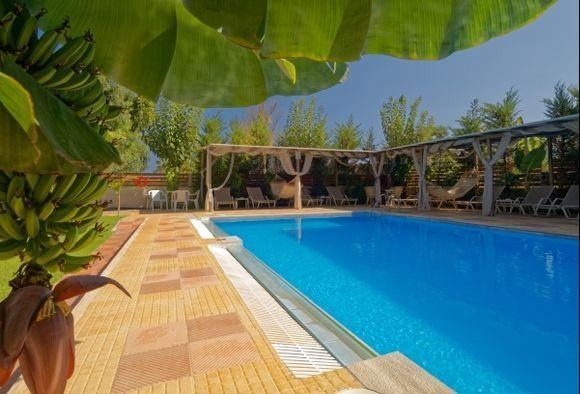 Heraklion - Oasis hotel - A nice place to swim ...