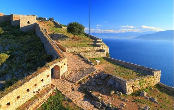 Palamidi Fortress in Nafplion! The fortress of Palamidi is a true architectural masterpiece.  This fort was built during the Venetian occupation in the early 19th century. During the Turkish occupation, the struggle for Greek liberation from the Turks began here.  It's a building with great importance for the Greeks. Read more here 👉 http://bit.ly/2pRKZHd