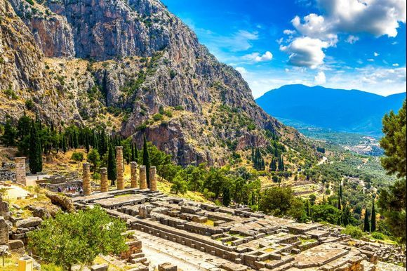 Delphi Temple of Apollo 🏛🏛 A location with great importance during ancient times. The venue for the Pythian Games. A place to discover during your visit to Greece! Read more here 👉 http://bit.ly/2pCH40H