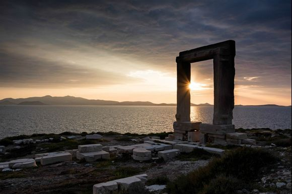 Quiz time! Can you guess the name of this landmark? 🇬🇷 💙  Hint: This is one of the most famous landmarks in the Cyclades!