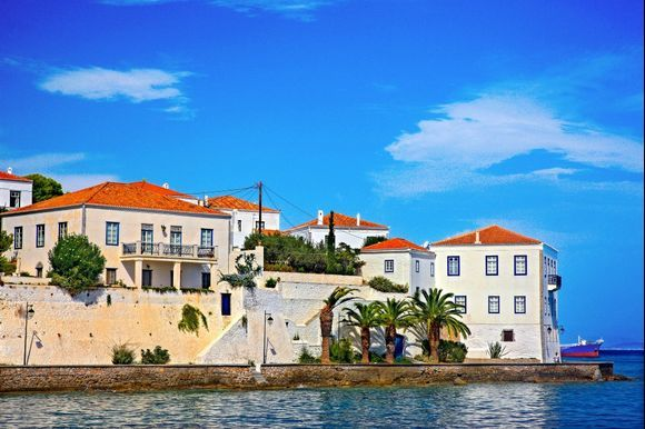 📍 Spetses island The capital of Spetses is very charming and has an arguably elegant atmosphere!