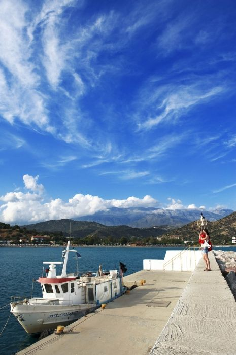 It was during the fest of fishermen at Agia Gallini, outdoor concert, fishing competition, free participation of fishing boat, etc, and the sky was enjoying the fest as well