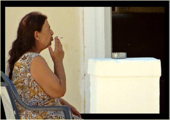 29-09-2015  Rhodos: Smoking woman