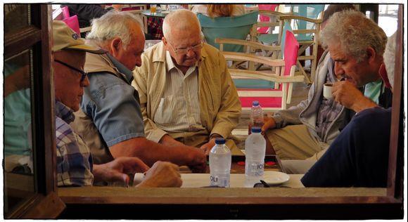 21-09-2019 Ikaria: Agios Kirikos ........ Playing Tavli with supporters ....  ;-)