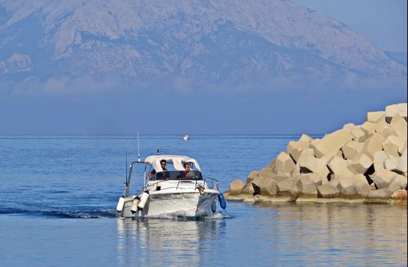 19-09-2019 Ikaria: Agios Kirikos ......Small boat enter the yachtharbour of Agios Kirikos