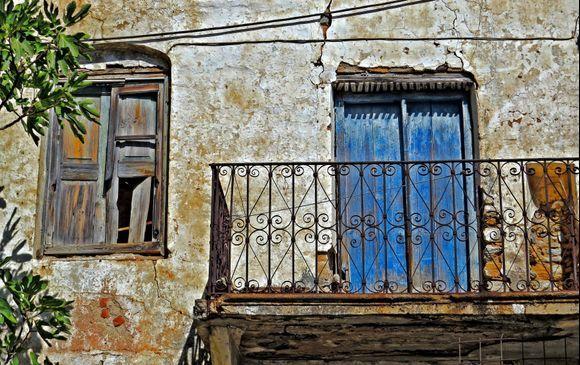 21-09-2019 Ikaria: Agios Kirikos .........An old balkony, take out a good insurance before entering the balkony ....  ;-)