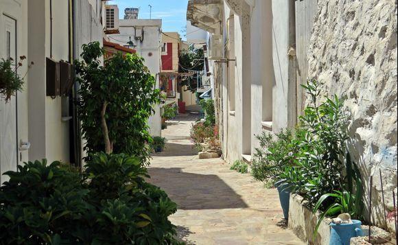 21-09-2019 Ikaria: Agios Kirikos ....... Smal street in the afternoon sun