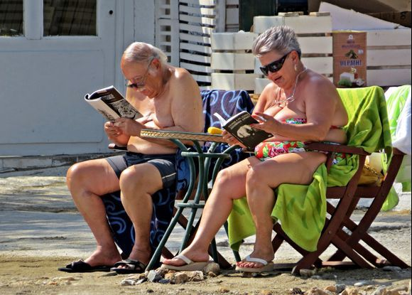20-09-2019 Ikaria: Therma ...........Love is: reading together some books on the beach ......;-)