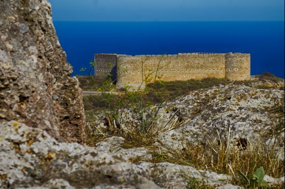 The Koules Fortress, which was built by the Turks after the 1866 Cretan Revolution, is located near Ancient Aptera and overlooks the entrance to Souda Harbor.