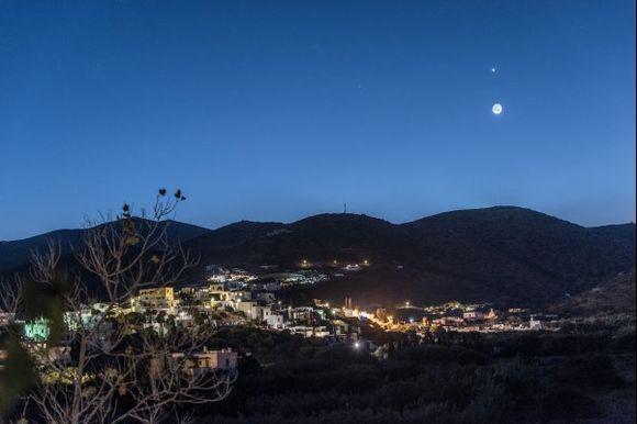 Ανατολή Σελήνης και Αυγερινού πάνω από τα Κατάπολα