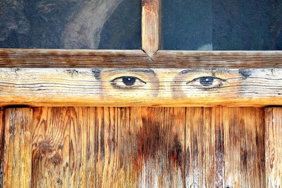 Kouses - The door has eyes