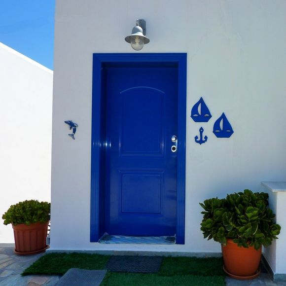 Entrance with blue ornaments