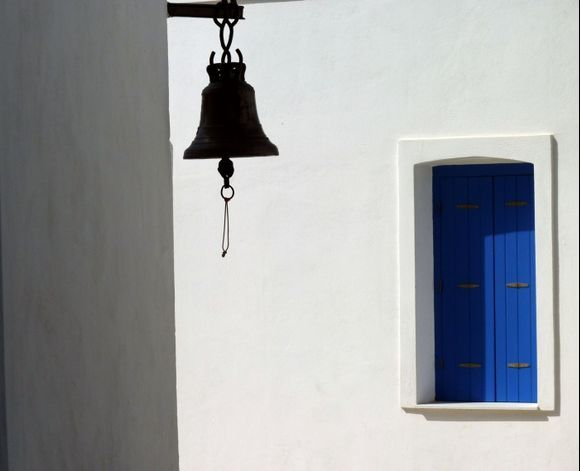 Bell, light and shadow, Chora