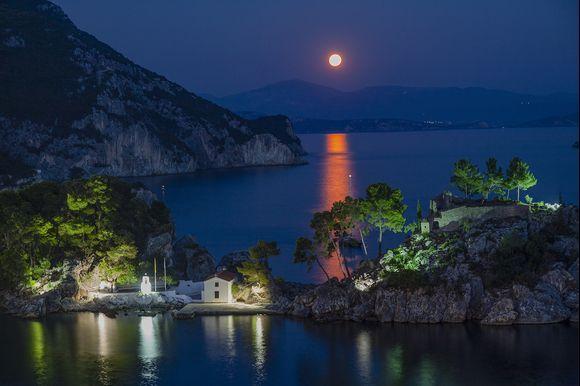 August's fool moon