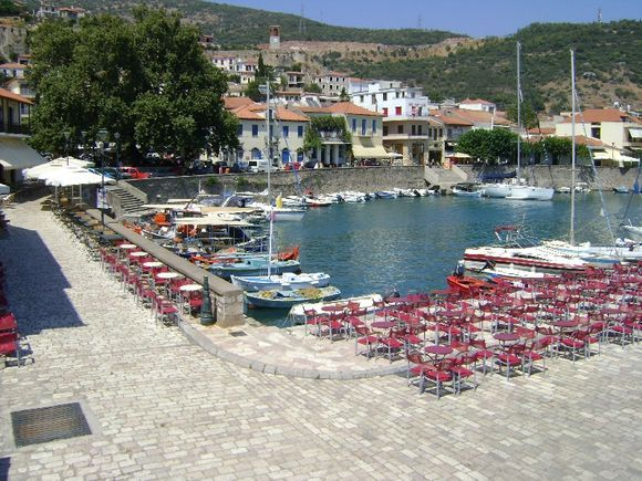 Tables of cafeterias right on the port of Nafpaktos
