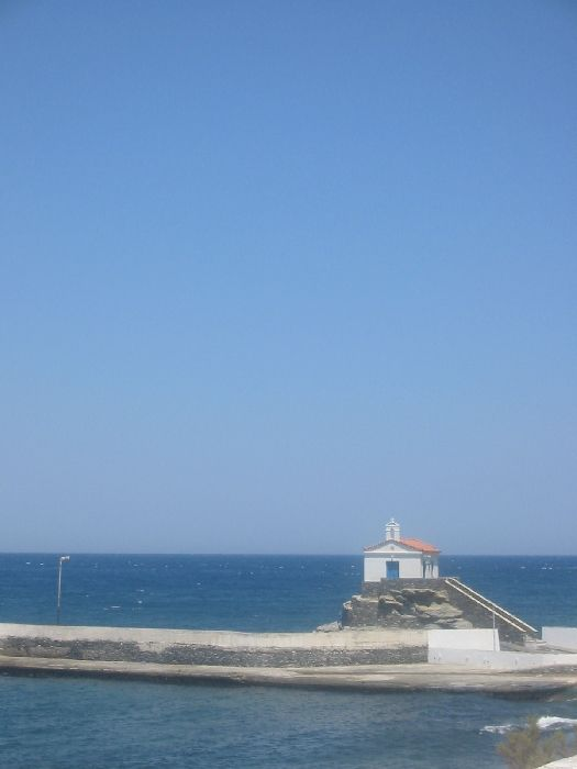 Hora; A little church that protects the port