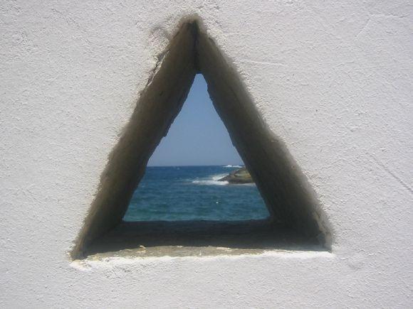 Hora; A glimpse through the wall