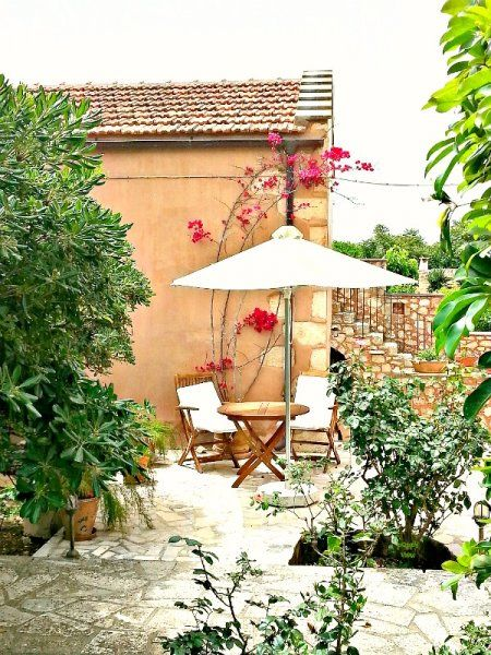 This cute courtyard, to me, looks like it could be situated in the French countryside -  mais non!